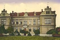 PRŮČELÍ rolnické školy v Kostelci nad Orlicí po roce 1900.
