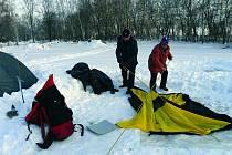 Druhý ročník zimního táboření. Ve stanech na sněhu spalo 16 otužilců.