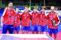 Zlatý český tým kadetů na ME v Ostravě – zleva stojí druhý trenér Marek Klásek, Jan Martinko, Patrik Klos, Tomáš Polanský, Vojtěch Rozínek a hlavní trenér Luboš Pěnkava.