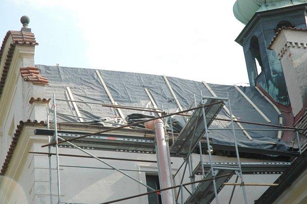 Oprava střechy na doudlebském zámku