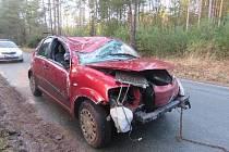 Jízda po namrzlé silnici potrápila řidiče