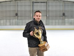 Trofej je připravena.  Kdo převezme pohár z rukou Jana Duška (na snímku), to se dozvíme dnes večer.