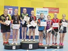Talentovaná doberská mladší žákyně Adéla Sazimová (třetí zprava) vybojovala na MČR bronz ve čtyřhře.