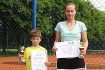 MEDAILISTÉ. Úspěšní tenisté TK Kvasiny Martin Holub a Andrea Tobišková s trofejemi z oblastních přeborů.