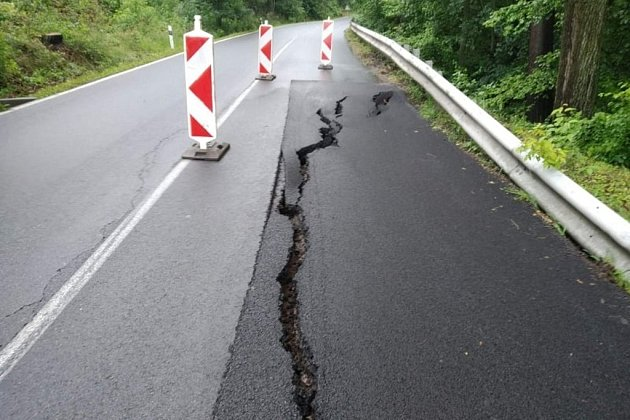mezi Borohrádkem a Čermnou se propadla silnice.