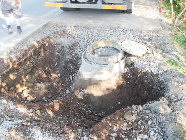 CESTU PO CYKLOSTEZCE Z RYCHNOVA nad Kněžnou do Solnice ohrozil propad části vozovky