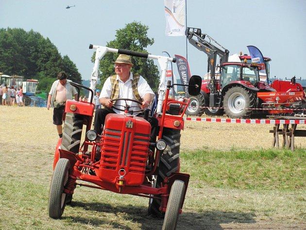 Přehlídka zemědělské techniky, zorganizovaná sborem dobrovolných hasičů a společností ZEAS Trnov.