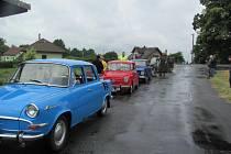 HISTORICKÉ VOZY A MOTOCYKL kromě elegantní jízdy zastavovaly také na kontrolních místech, řidiči zde museli plnit úkoly. První zastávka byla na Jaroslavi u Rychnova nad Kněžnou.