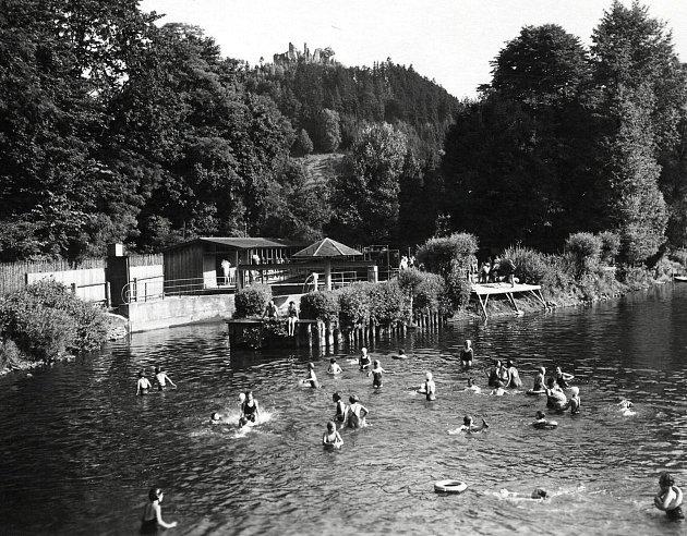 Divoká Orlice a plovárna vPotštejně. Archivní fotografie pochází zroku 1935.