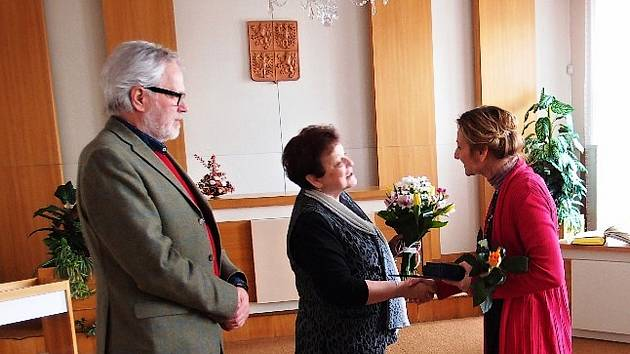 Držitelka ceny Srdce pro region PhDr. Miroslavy Novákové (uprostřed) na kostelecké radnici se starostou Františkem Kinským.