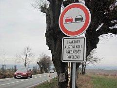 """Pod značkou """"zákaz předjíždění"""" se text dodatkové tabulky rozšířil o jízdní kola."""