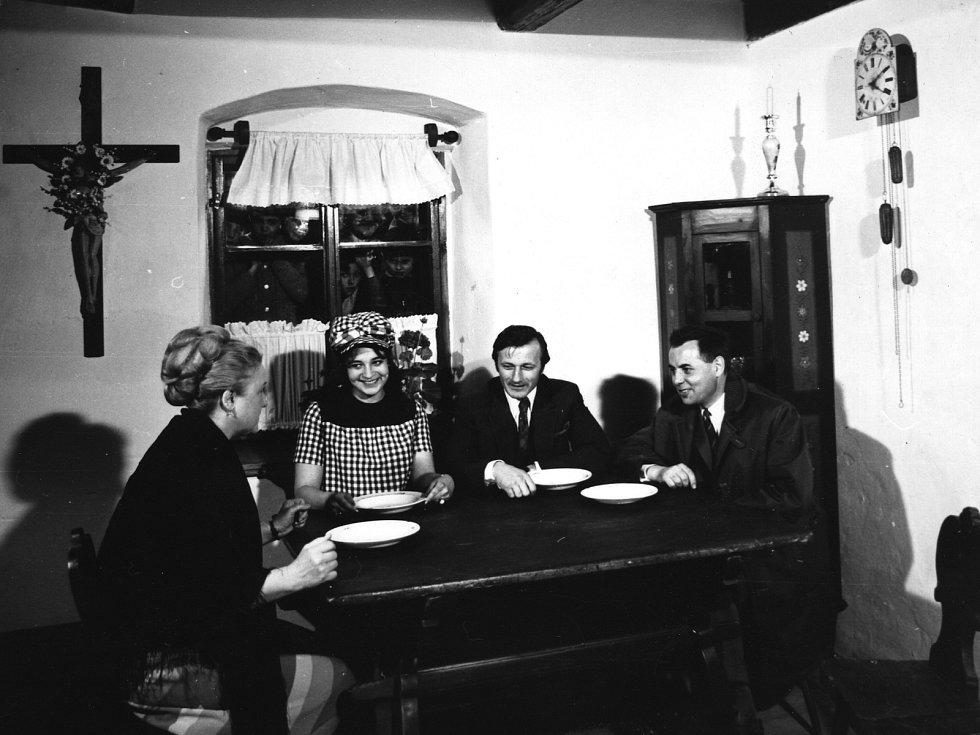 Antonie Hegerlíková, Eva Vosková, Radoslav Brzobohatý a František Filip při otevření domku F. V. Heka v roce 1972.