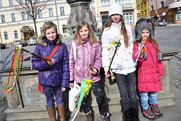 TRADICE NEUMÍRÁ. Dívčí koleda je na Rychnovsku pevně zakořeněným zvykem, který se předává po generace.