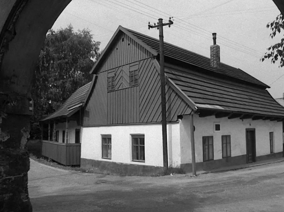 Rodný domek F. L. Heka na filmovém záběru.