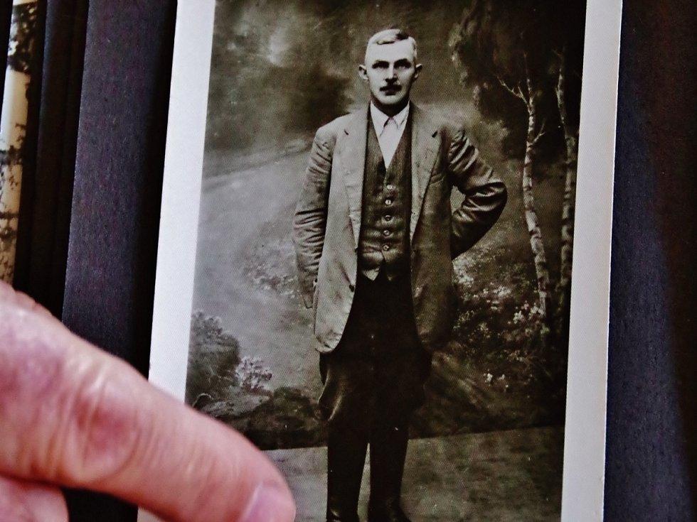 OTEC ALOISE GALLEHO Franc Galle (na snímku vlevo) zahynul na konci druhé světové války. Vpravo rodná chaloupka Aloise Galleho v Neratově.