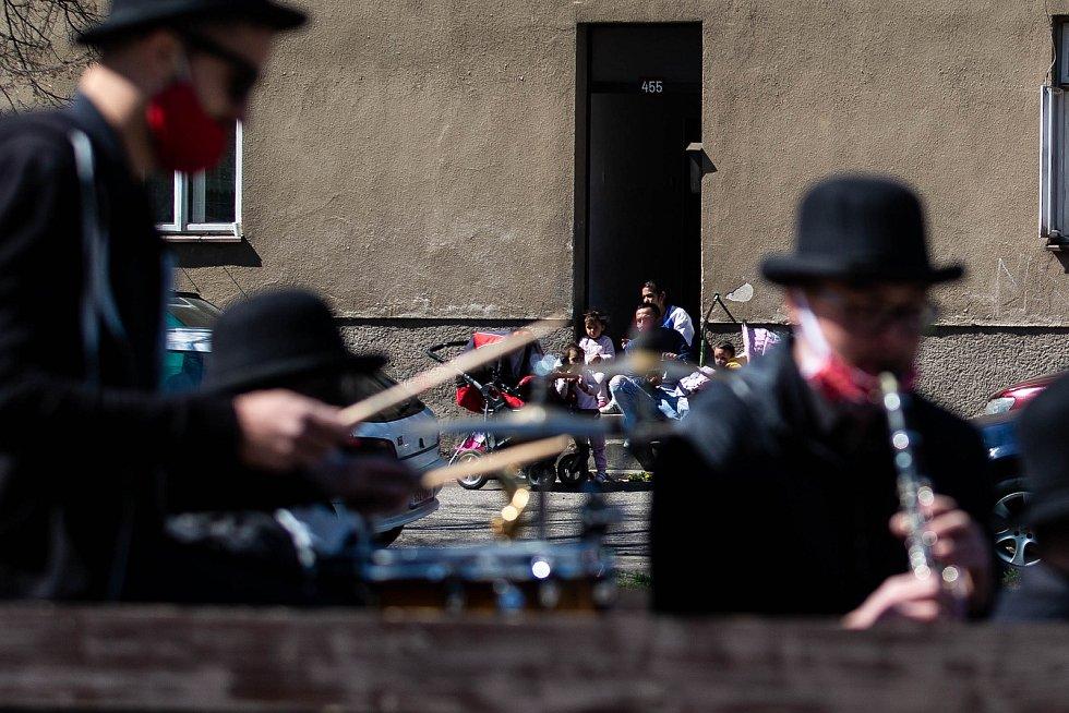 Skupina Black Burinos projela Rychnovem nad Kněžnou, v době karantény tak zahrála občanům z pojízdného pódia.