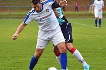 Kapitán Antonín Řehák (v bílém) rozhodl gólem z penalty o výhře Kostelce nad Orlicí na hradecké Slavii.