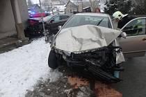 Auto v knihovně. Při nehodě se zranili čtyři lidé.