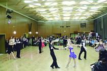 NA PARKETU se předvedli kromě dětí, také dospělí tanečníci a senioři. Akce se ve společenském centru konala celý den. Jako zpestření programu vystoupili i malí šmoulové, kteří tancují v kroužku rychnovského domu dětí Déčko.