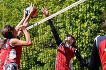 Jubilejního volejbalového turnaje v Kvasinách se zúčastnilo téměř čtyři sta mladých hráček a hráčů.