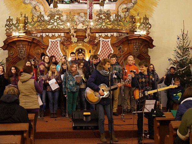 SILVESTROVSKÝ KONCERT V KOSTELE sv. Máří Magdalény se opravdu vydařil. Návštěvníci hor byli nadšení, rádi se budou znovu vracet.