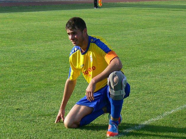 KAPITÁN. Aleš Hašek se po zranění vrátil na trávník a zavelel k výhře.