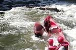 """Týniště nad Orlicí - Hasiči vyprostili pomocí lana z Orlice dva vodáky, kdy jejich loď ovládl silný proud. Muži naštěstí vyvázli z nehody bez zranění. """"Posádka jela na lodi po Orlici, když se vsilném proudu loď vzpříčila a začala se do ní dostávat voda."""