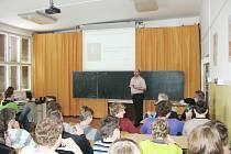 ZATÍM NAPOSLEDY zavítal mezi studenty Jiří Tyc, dlouholetý operátor a pak správce jaderné elektrárny Temelín.