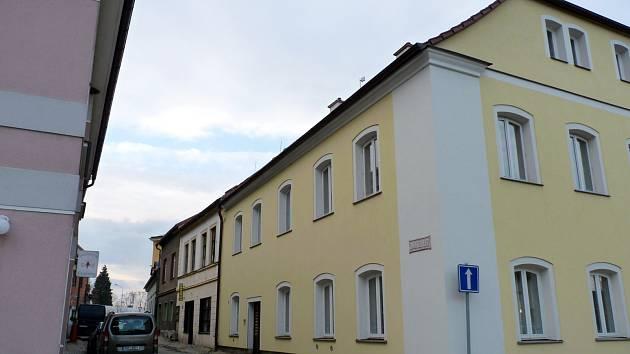 TAKÉ DNES jsou v domě čp. 124 umístěny především byty, ale nechybí ani živnostníci. V přízemí najdete masáže a kosmetiku.