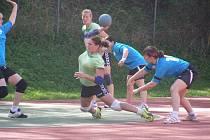 DVANÁCT GÓLŮ vstřelila dobrušská házenkářka Petra Laštovičková (na snímku s míčem) do sítě Krčína a výrazně přispěla k vysokému vítězství svého týmu nad tradičním rivalem.