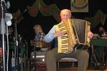 DVACET TŘI HRÁČŮ, plný sál, zpívající hráči i posluchači – to bylo páté setkání harmonikářů a heligonkářů v Častolovicích v sobotu 16. března.