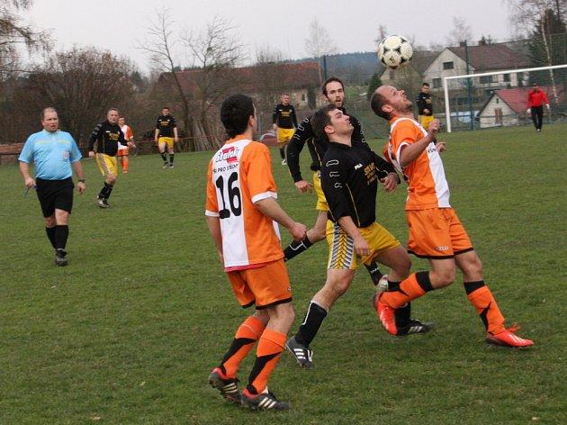 NEROZHODNÝM VÝSLEDKEM skončilo sobotní utkání okresního přeboru II. třídy Javornice Žďár nad Orlicí (2:2). V penaltovém rozstřelu byli úspěšnější domácí fotbalisté (světlé dresy).