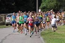 KRÁTCE PO STARTU běželo pole závodníků pohromadě.