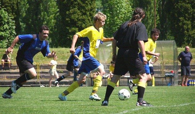 Utkání okresní III. třídy Dobruška B - Opočno B 6:0. Ve žlutém vede míč domácí Jakub Mikušík, stíhá ho Miroslav Škrabal (Opočno B).