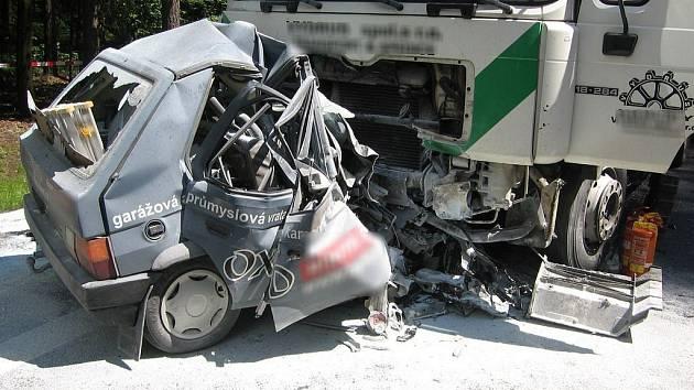 Na rovném lesním úseku silnice I/11 z Hradce Králové do Týniště nad Orlicí došlo v pátek odpoledne k havárii, při které zahynul jeden člověk.