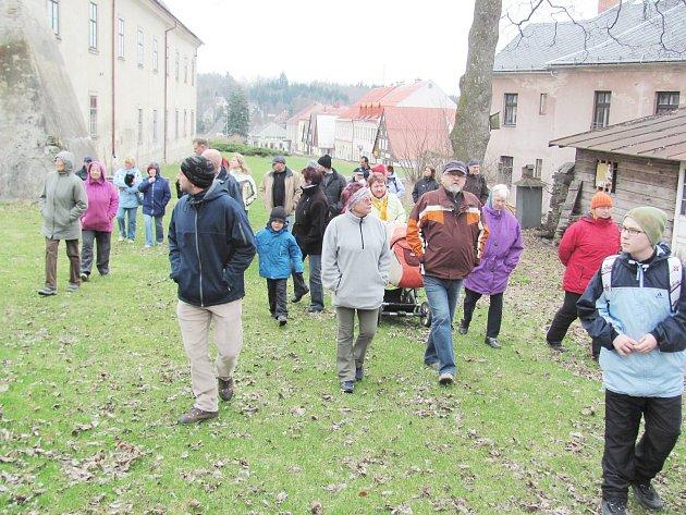 Účastníci vycházky se vydali proti proudu času.