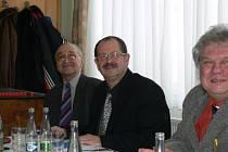 STARONOVÝ PŘEDSEDA rychnovského OFS Miloš Židík (vpravo) na valné hromadě společně s Janem Novákem (vlevo), dlouholetým předsedou disciplinární komise.