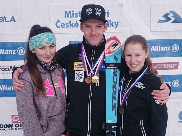 Na snímku talentovaná trojice deštenských sjezdařů. Zleva: Lucie Rydlová, Tomáš Klinský a Adéla Berkovcová.