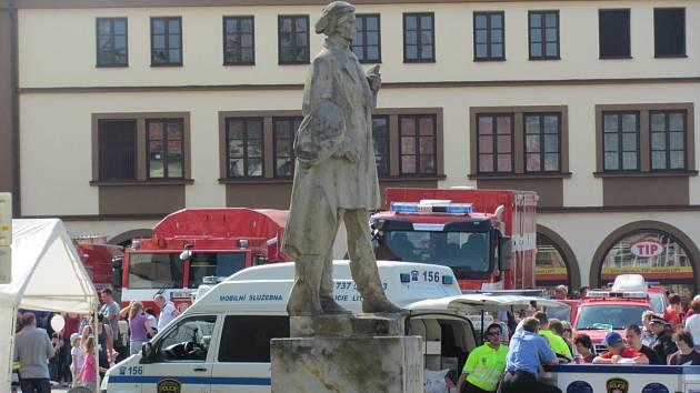 Okolí sochy F. L. Věka na náměstí změní podobu.