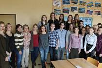 Učitelky z partnerských škol se žáky deváté třídy.