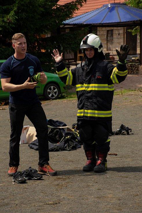 Profesionální hasiči připravili hasičskou bojovku, a že to dětem šlo! Jen do zásahových kabátů nám musí trochu dorůst...