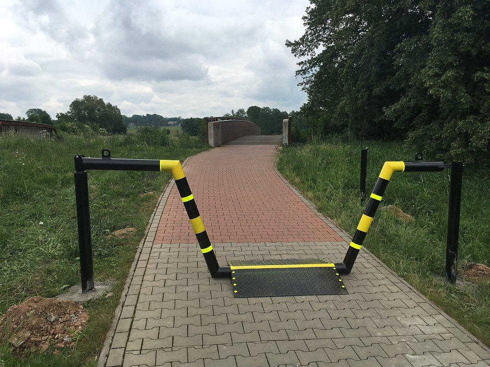 Kvůli neukázněným řidičům byla na cyklostezce mezi Častolovicemi a Kostelcem nainstalována mnohými kritizovaná zábrana.