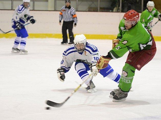 Další prohru si připsali na konto hokejisté Čestic (tmavé dresy), když odjeli s prázdnou z Jaroměře.
