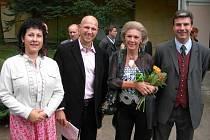 V OPOČENSKÉM LETOHRÁDKU v roce 2006. Na snímcích je zachycená hraběnka spolu se svými syny během vernisáže výstavy Pocta Františku Kupkovi.