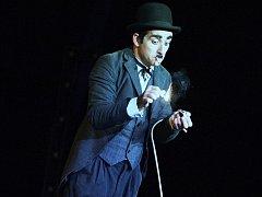 Matouš Ruml exceloval v roli Charlese Spencera Chaplina.