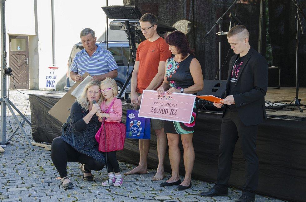 Odpoledne s Františkem Kupkou přilákalo děti i dospělé. Došlo i na předání cen a výtěžku sbírky pro postiženou Janičku.