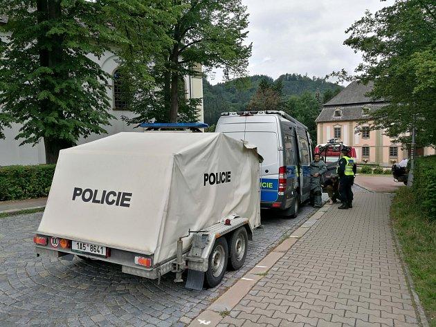 Nález podezřelého předmětu v Potštejně. Pyrotechnická služba trhavinu zneškodnila.
