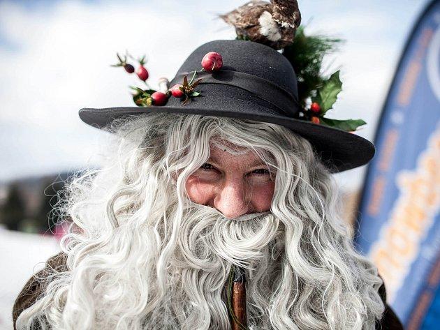 V lyžařském areálu v Sedloňově se to v sobotu hemžilo maskami. Konal se tu karneval na lyžích.