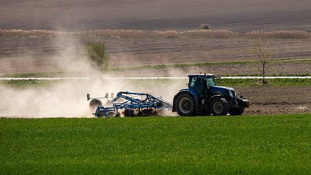 Traktor zemědělců na suchém poli.