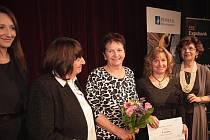 SLAVNOSTNÍ PŘEDÁVÁNÍ Nejlepší klub roku. Třetí místo si přebírá starostka Mokrého Blanka Kučerová. S diplomem je na snímku Dagmar Honsnejmanová, která sama čajovnu založila.